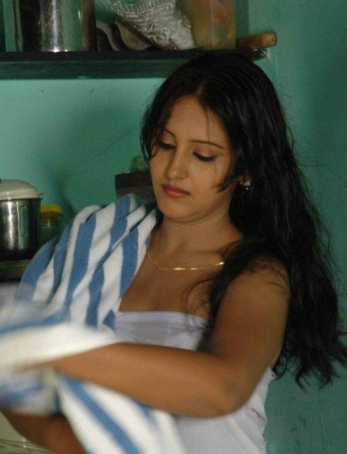 indian-actress-hot-in-towel_151806833139.jpg