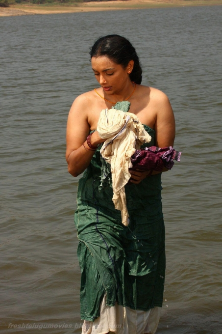 indian-actress-hot-in-towel_151806833358.jpg
